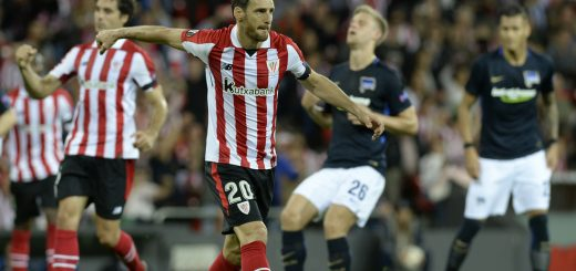 Athletic Bilbao's Spanish forward Aritz Aduriz (C) celebrates after scoring his team's first goal during the Europa League football match Athletic Club Bilbao vs Hertha BSC Berlin at the San Mames stadium in Bilbao on November 23, 2017. / AFP PHOTO / ANDER GILLENEA        (Photo credit should read ANDER GILLENEA/AFP/Getty Images)