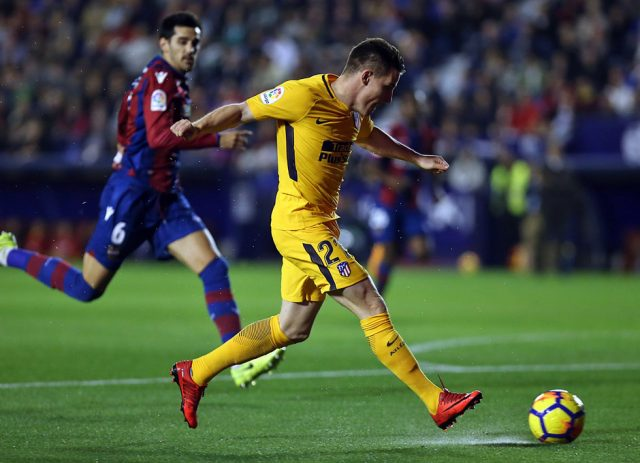 Gameiro dispara ante la mirada de Chema | Foto:atleticodemadrid.com