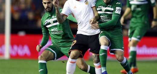2017-02-28 00:00:00 epa05821485 Valencia striker Simone Zaza (C) fights for the ball with Pablo Insua (L) and Unai Lopez (R) of Leganes during the Spanish Primera Division soccer match between Valencia FC and CD Leganes at Mestalla stadium in Valencia, eastern Spain, 28 February 2017.  EPA/KAI FOERSTERLING