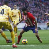 Diego Costa ante varios defensas del Girona | Foto: atleticodemadrid.com